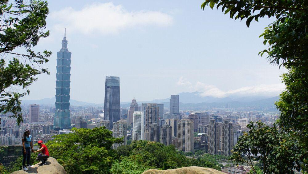 """Bei so schönem Wetter ist ein Treppenaufstieg auf den """"Elephant Mountain"""" in Taipeh ein absolutes Muss. Dafür wird man dann mit einem grandiosen Ausblick auf Taipeh belohnt! Die Felsen laden zum Selfie vor der Stadtkulisse mit dem Taipei101水舞廣場, einem der"""