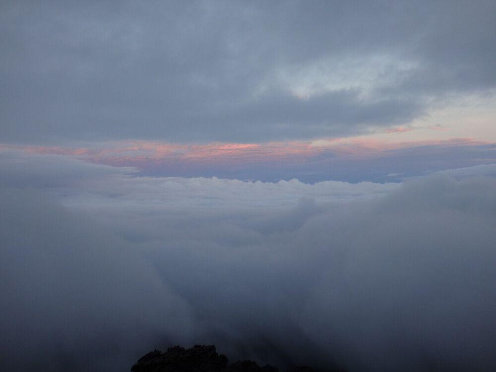 Kurz vor dem Gipfel hatte der Wind Gnade, blies die Wolken beiseite und ermöglichte uns einige Blicke auf den Sonnenaufgang.