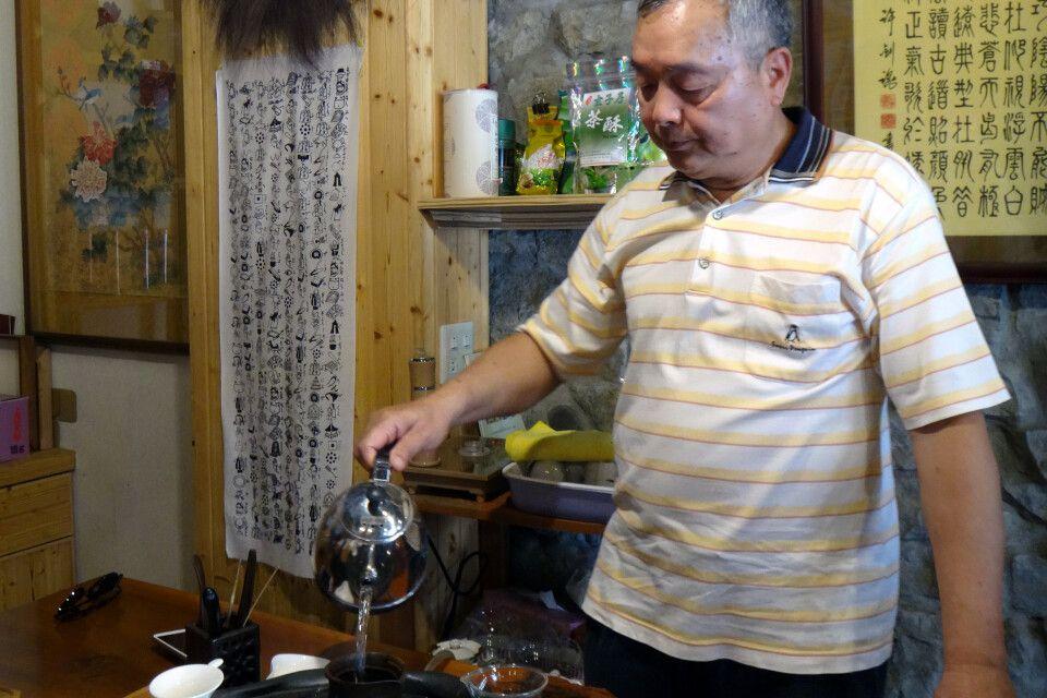 Oolong Tee ist halboxidiert und somit in der Mitte zwischen schwarzem und grünen Tee. Eine Teeverkostung darf in Pinglin also natürlich nicht fehlen.