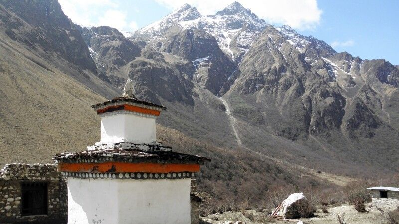 Chörten am Wegesrand vom Jomolhari-Trekking, zwischen Thangthangkha und Jangothang © Diamir