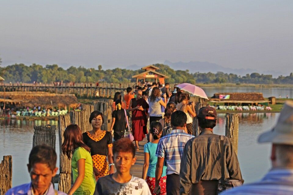 Auf der U-Bein-Brücke in der Nähe von Amarapura
