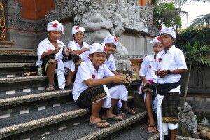 Kinder am Tempel in Ubud auf Bali