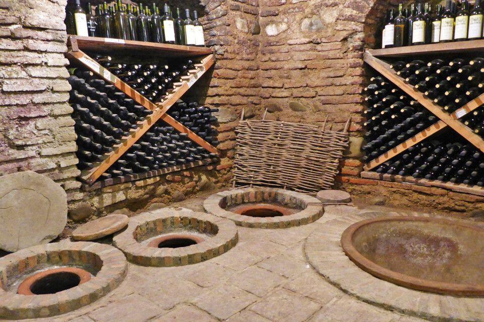 Kvevris im Weinkeller