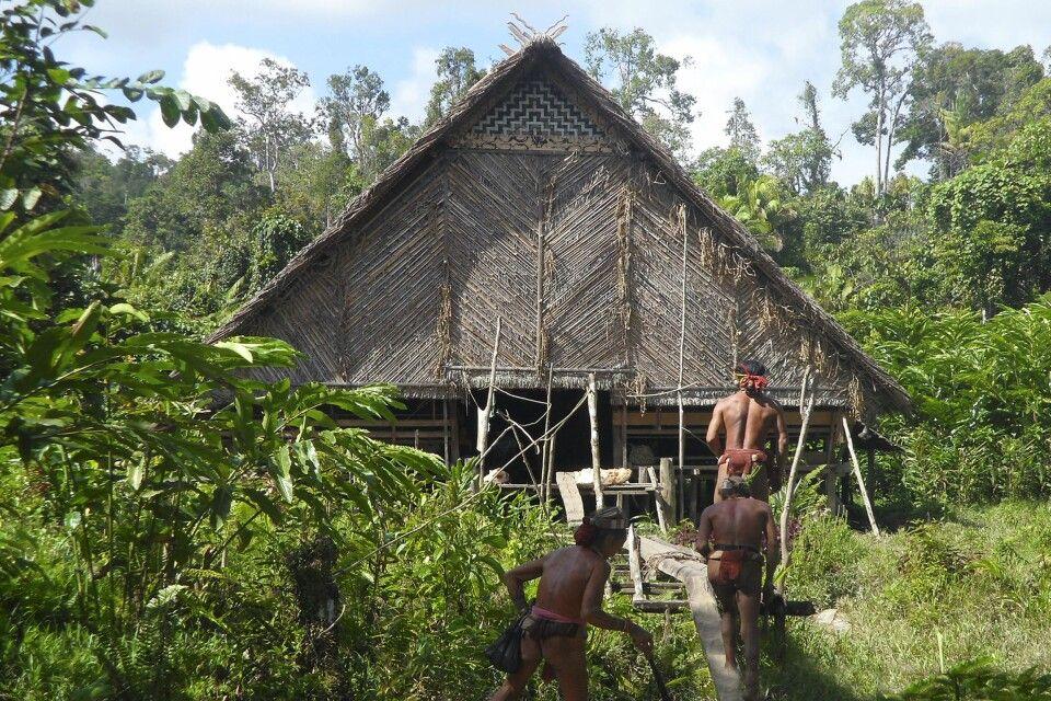 Mentawai vor dem Gemeinschaftshaus