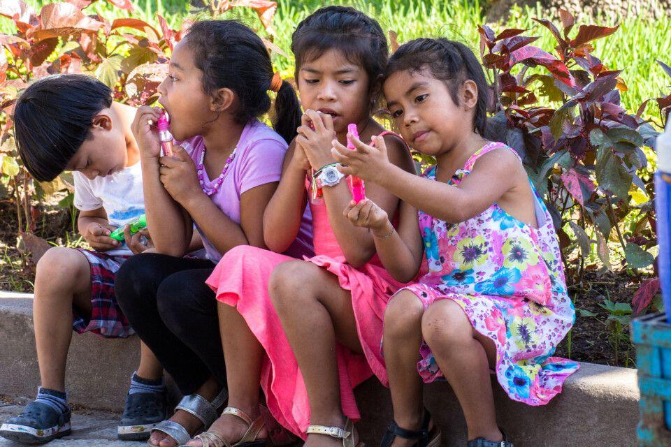 honduranische Kinder an einem sonnigen Tag