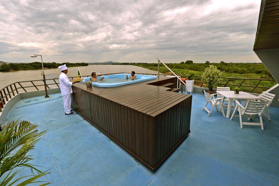 Yacht Millennium, Pool zur Abkühlung auf dem Sonnendeck