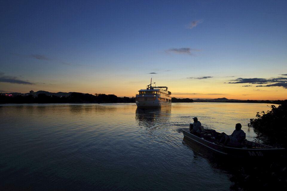 Die Yacht Millennium zur blauen Stunde im Pantanal