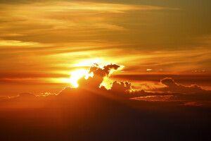 Sonnenuntergang vor Vulkankulisse