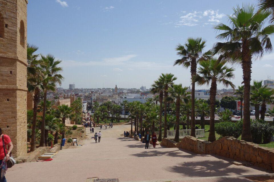 Unterwegs am Fuße der alten Stadtmauer Rabats