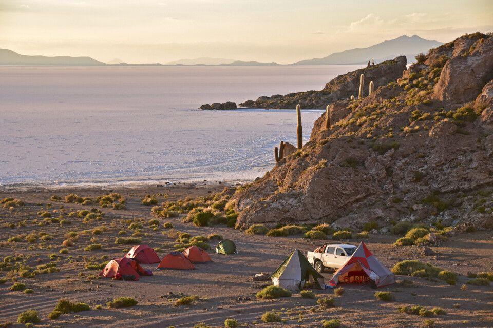 Wunderschön gelegenes Zeltlager zum Sonnenuntergang direkt am Salar de Uyuni