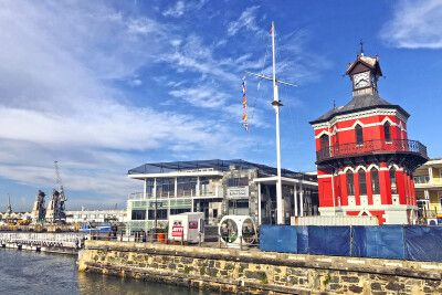 Historischer Uhrturm (1882) im Hafen von Kapstadt
