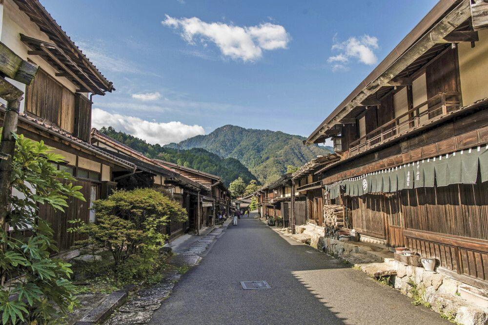 Entlang des Nakasendo, der alten Handelsstraße zwischen Kyoto und dem einstigen Edo sind zahlreiche traditionelle Holzhäuser erhalten.