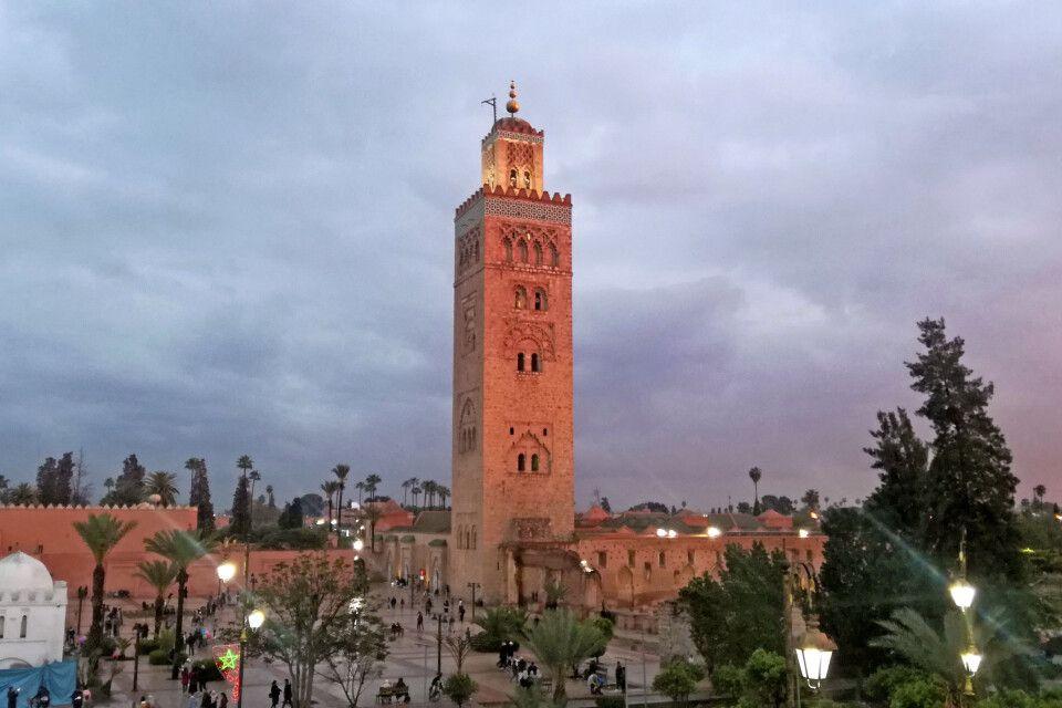 Koutoubia-Moschee in Marrakesch im Abendlicht