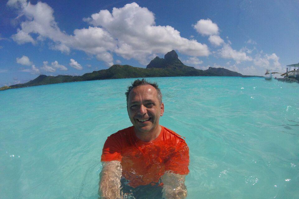 Steffen Wetzel, sichtlich glücklich, beim Baden in der traumhafen Lagune von Bora Bora.