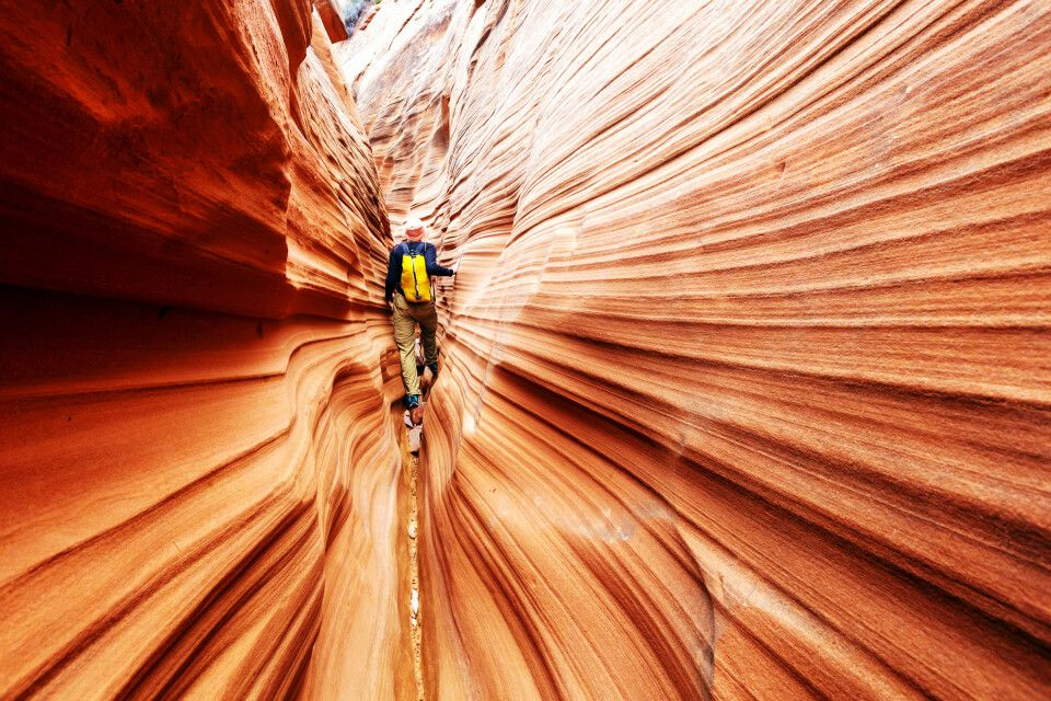 Wanderer in einem Slot Canyon, Utah
