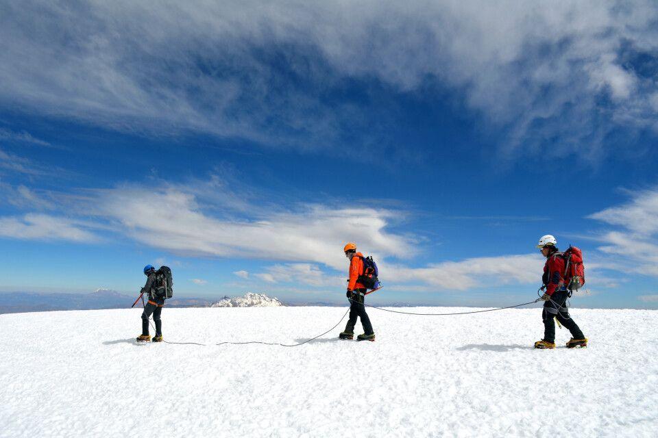 Geschafft! Seilschaft auf dem Gipfelplateau des Coropuna