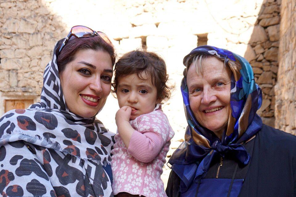 Neugierig und freundlich zurgleich - Iranerin mit Tochter
