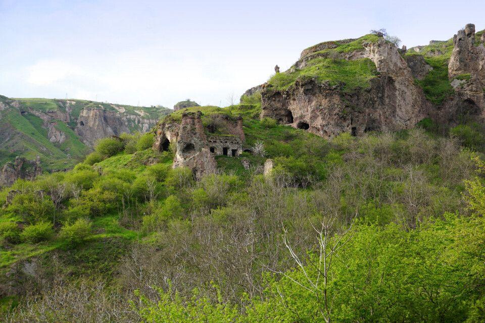Unweit von Goris gelegen, erkunden wir das Höhlendorf Khndzoresk.