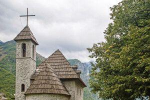 Im Zentrum von Theth an der römisch-katholischen Kirche