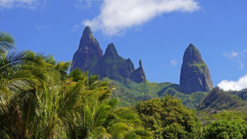 """Riesige Basalttürme über der Bucht von Hakahau auf Ua Pou, der """"Kathedraleninsel"""". © Diamir"""