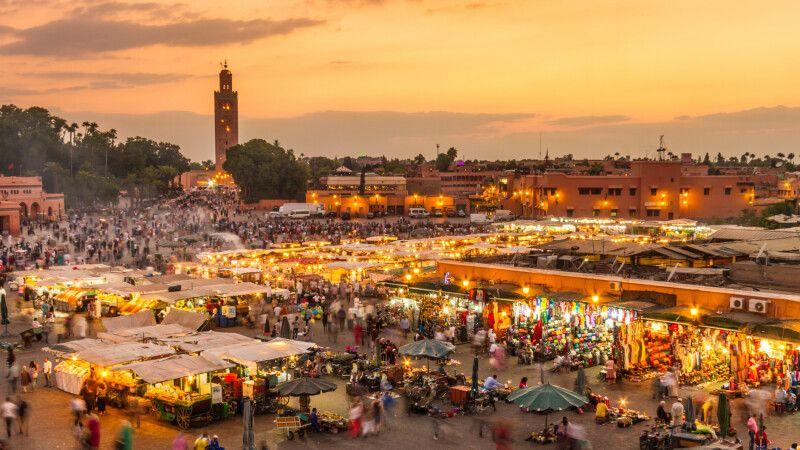 Marktplatz Jemaa EL Fna im Sonnenuntergang, Marrakesch © Diamir