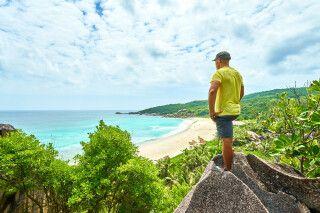Wandern am Anse Beach auf Digue Island, Seychellen