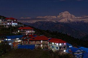 Ghorepani mit Dhaulagiri-Bergkette bei Nacht