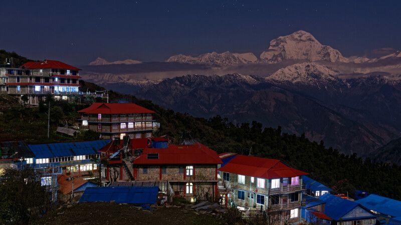 Ghorepani mit Dhaulagiri-Bergkette bei Nacht © Diamir