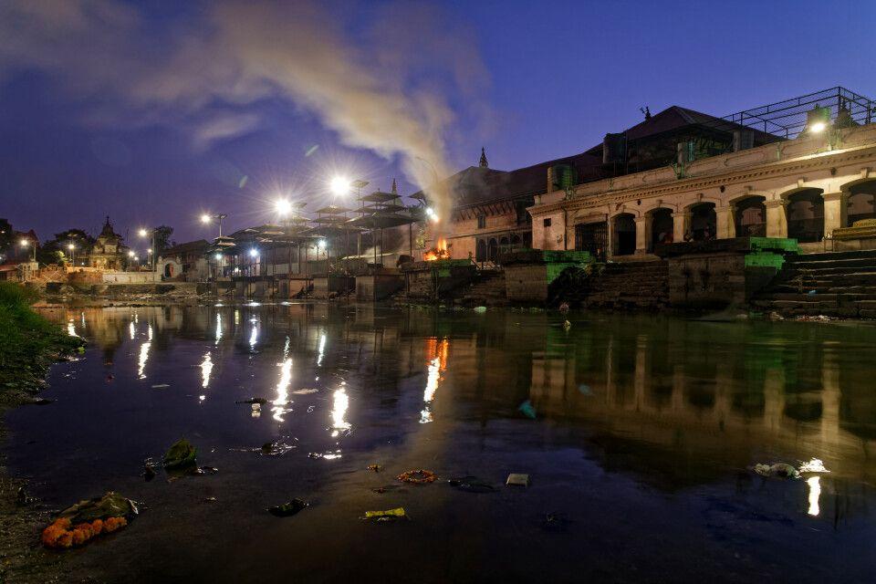 Verbrennungsstätten von Pashupatinath in der Abenddämmerung