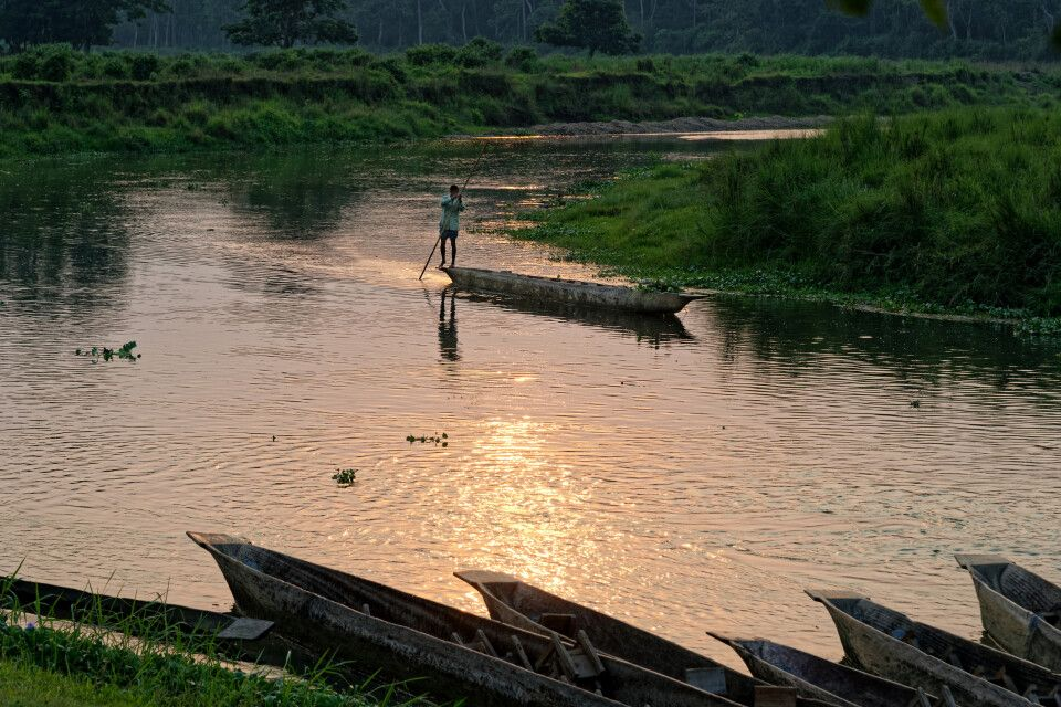 Im Einbaumkanu entlang des Narayani-Flusses in Chitwan treiben