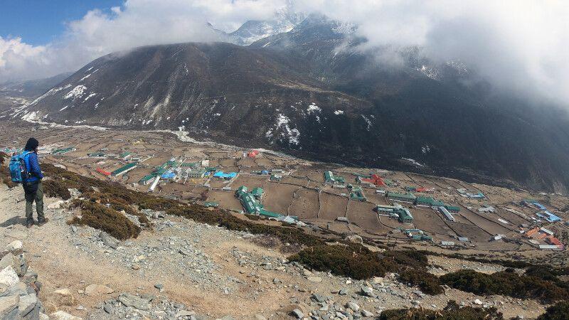Blick hinab nach Dingboche (4410m) © Diamir