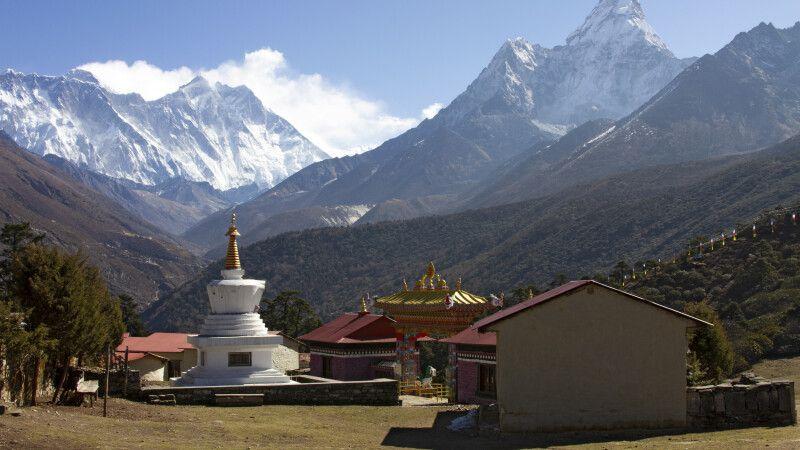 Kloster Tengboche mit Ama Dablam (6812m) im Hintergrund © Diamir