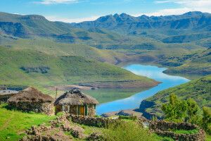 Traditionelles Haus am Mohale-Dam-See