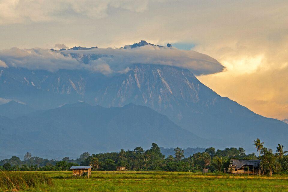 Mount Kinabalu im Dämmerlicht