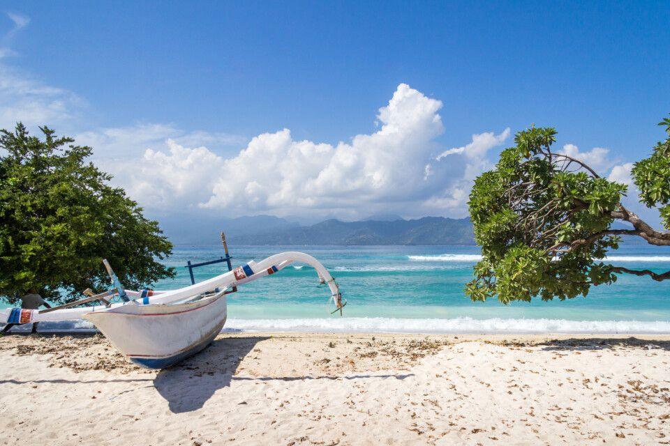 Boot am weißen Sandstrand auf Gili Trawangan zwischen Bali und Lombok