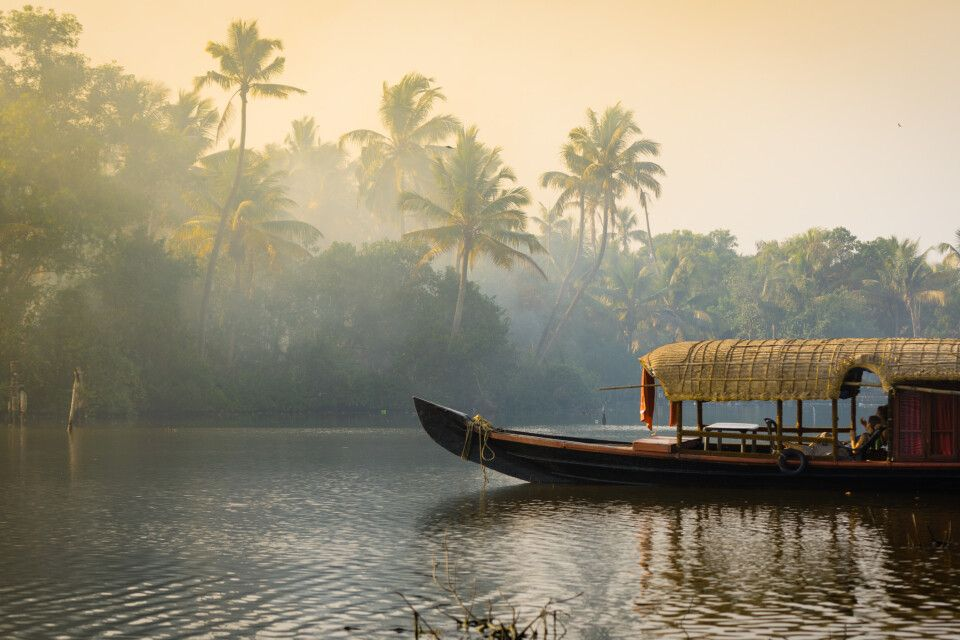 Ein traditionelles Hausboot in den Backwaters in Kerala