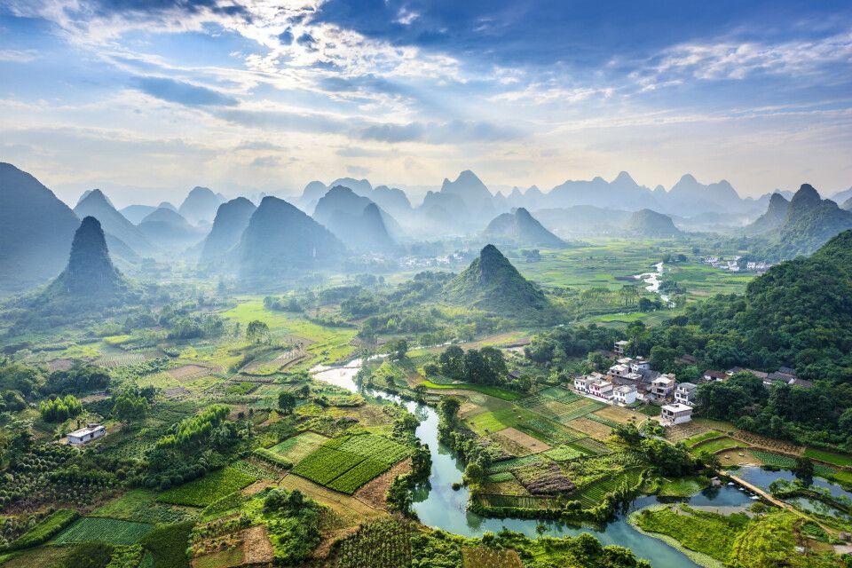 Blick auf den Li River und die Karstberge hinter Yangshuo, Guilin, Guangxi