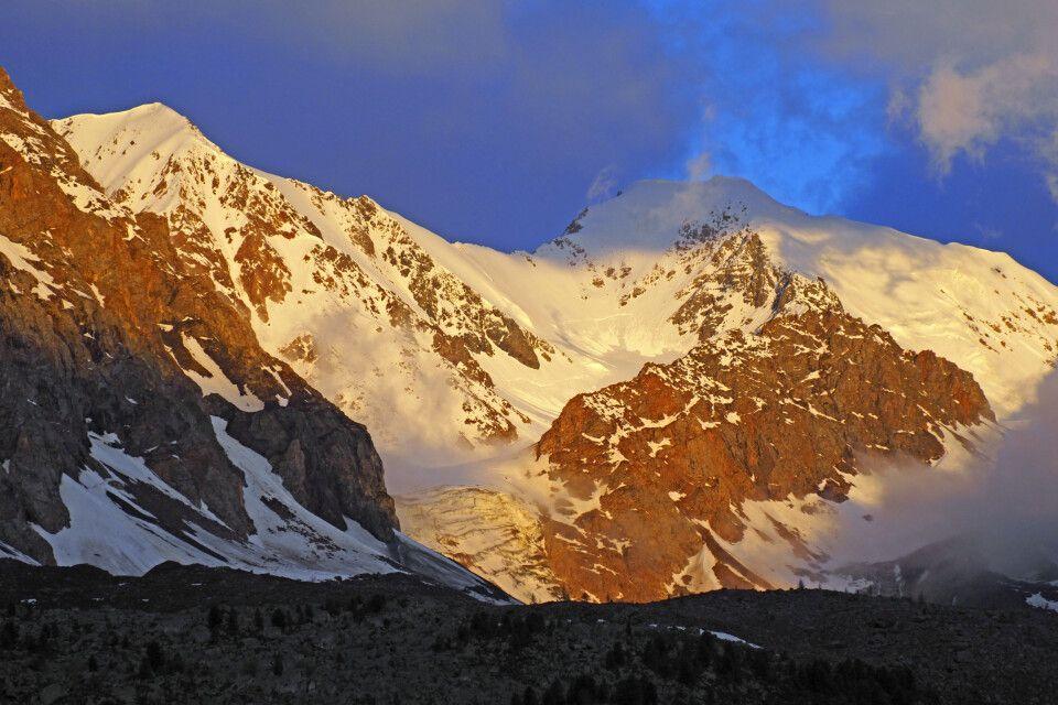 Goldene Berge im Sonnenaufgang