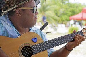 Musiker am Strans von Fakarava im Tuamotu Archipel