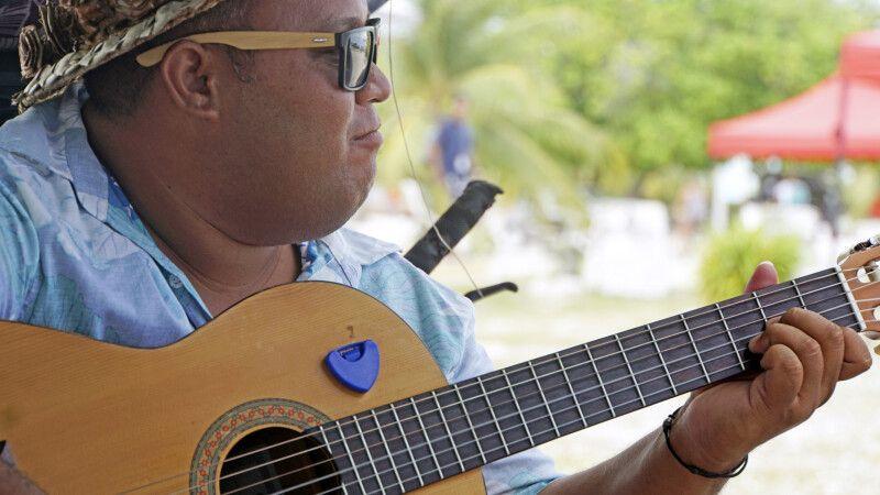 Musiker am Strans von Fakarava im Tuamotu Archipel © Diamir