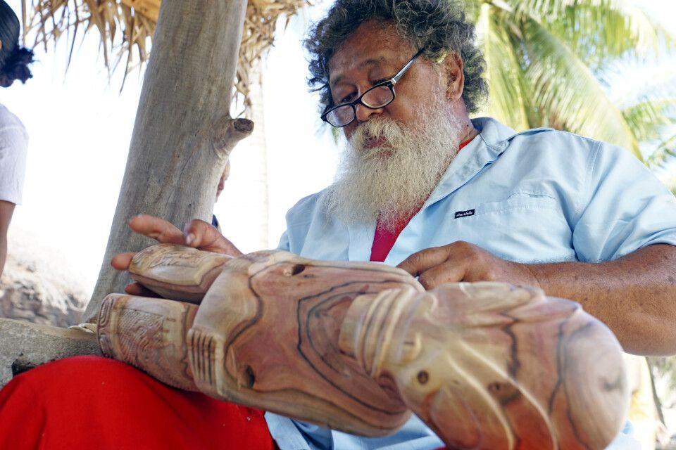 Schnitzkunst ist auf den Marquesas ein traditionelles Handwerk