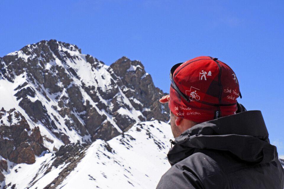 Blick zu den Bergen mit DIAMIR-Mütze