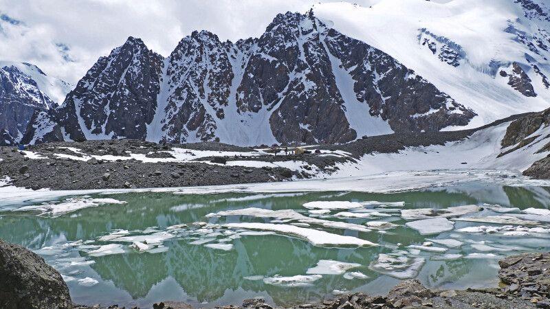 Spiegelung des Karatsch-Massivs © Diamir