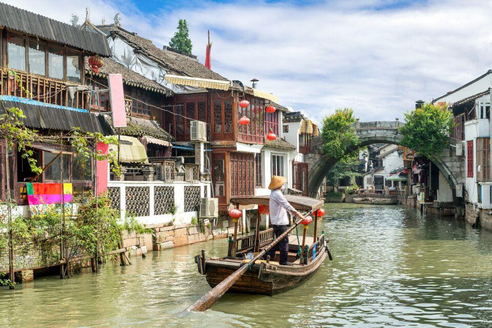 Traditionelle Boote auf den Kanälen von Shanghai Zhujiajiao
