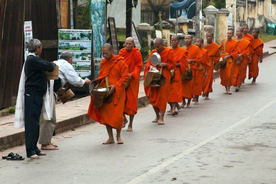 Almosengang der Mönche am frühen Morgen in Luang Prabang
