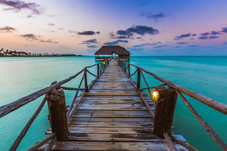 Boots-Anlegestelle im Sonnenuntergang auf Sansibar