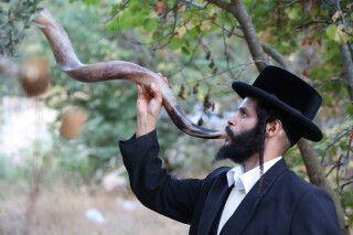 orthodoxer Jude bläst den Schofar von Rosch Haschana