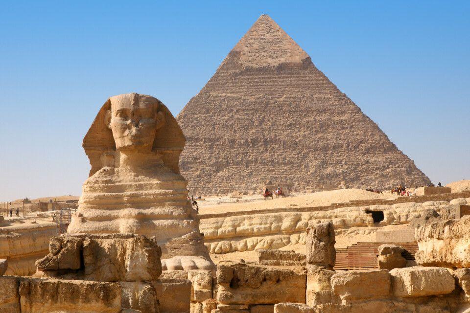 Sphinx vor Großer Pyramide von Gizeh