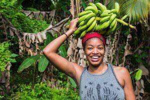 Jamaikanerin mit Bananenstaude