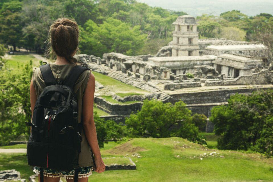 Backpackerin blickt auf Maya Ruinen